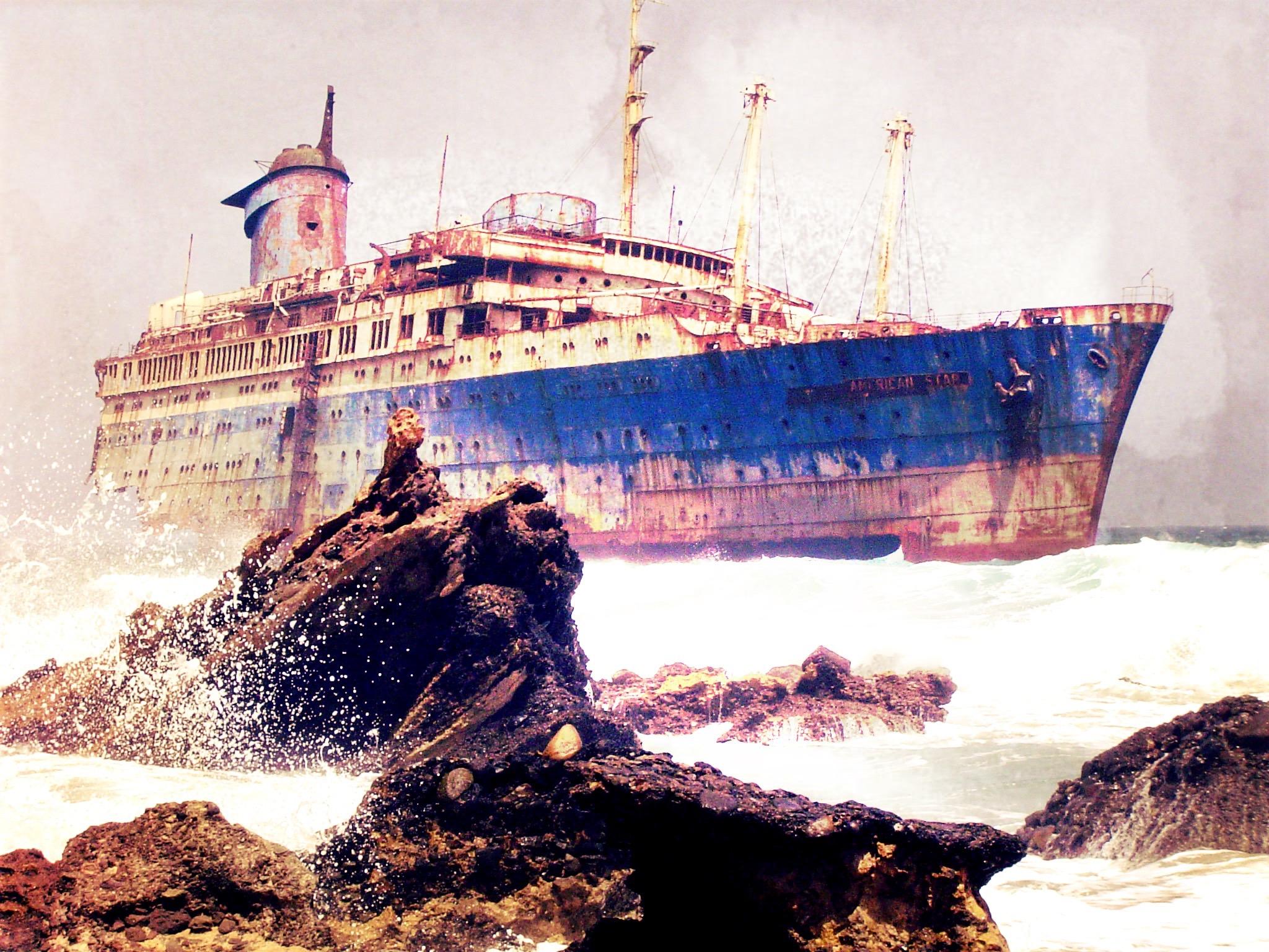 Restos del naufragio del American Star (SS America) vistos desde tierra.